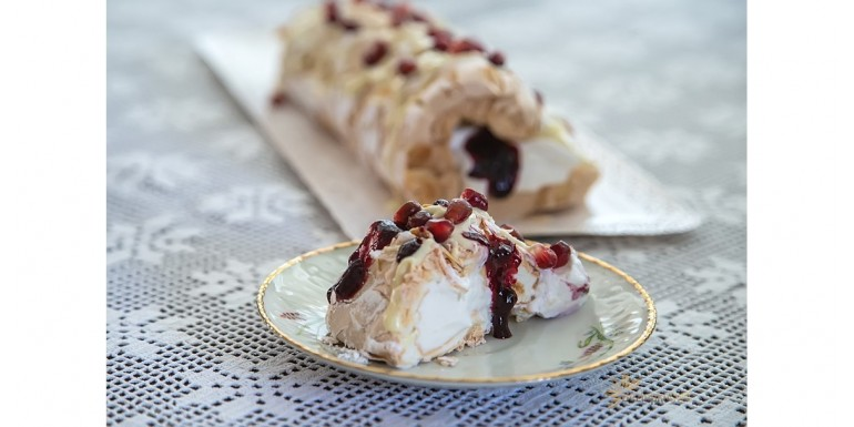 Bielková roláda s bielou čokoládou a černicami