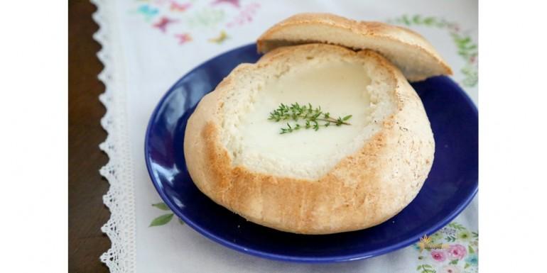 Syrovo cesnaková polievka v bochníku